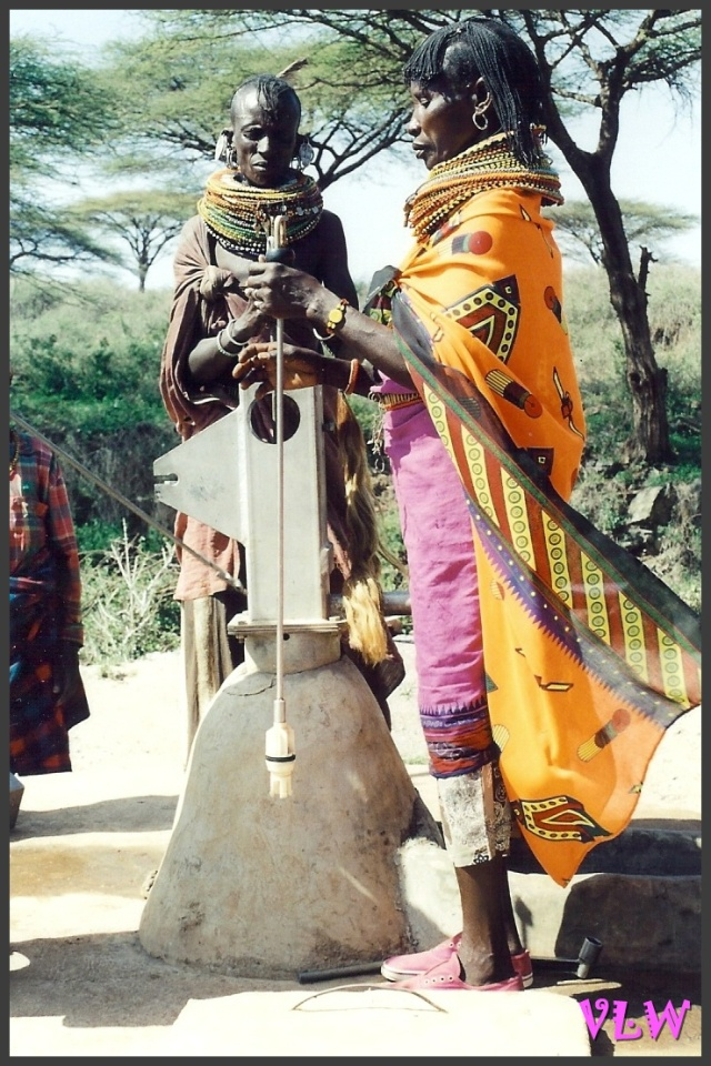 KENYA Turkana women at water source (2)